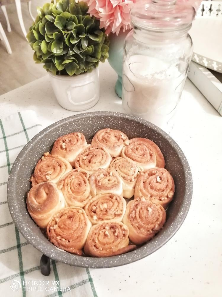 Make flower rolls with walnuts